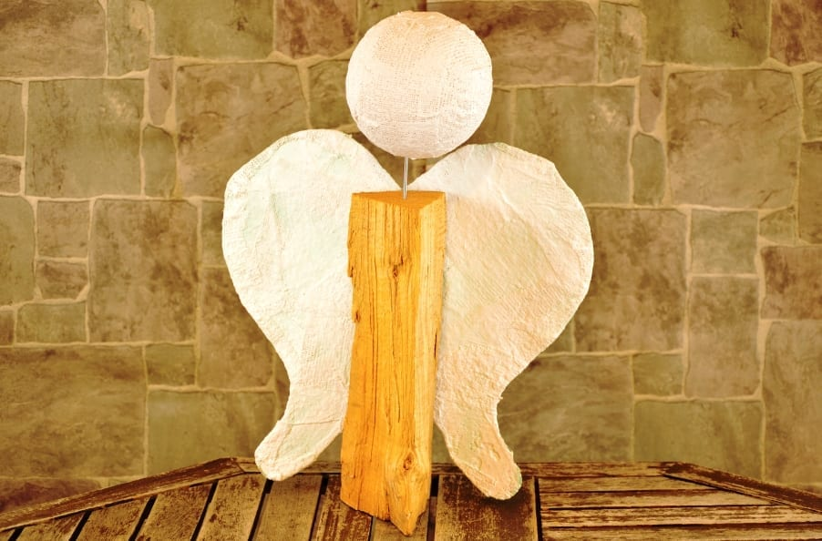 Selbst gebastelter Holzscheit Engel