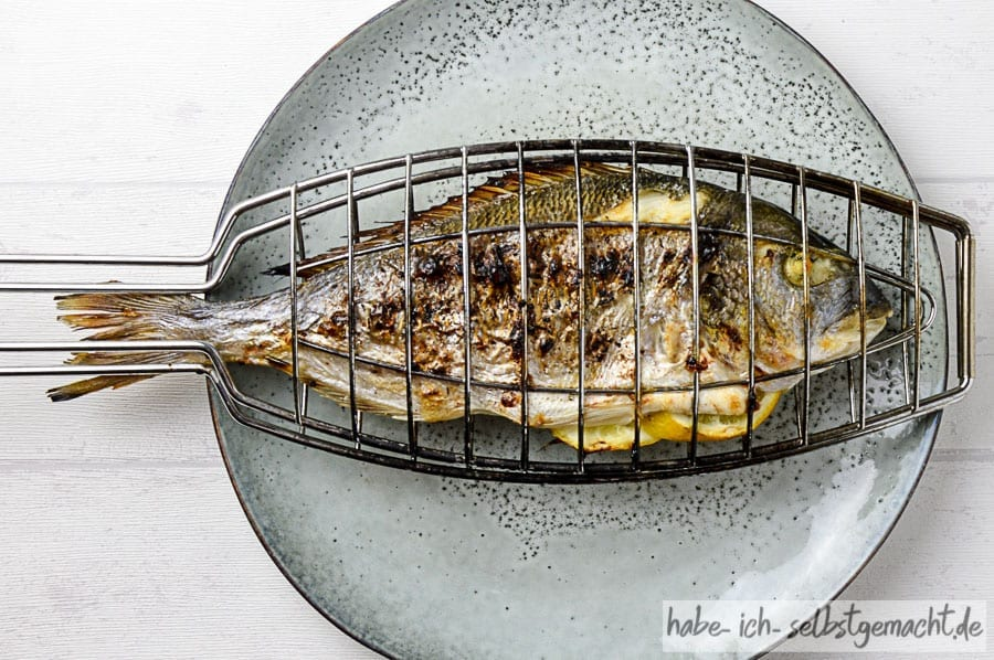 Fisch in der Grillzange