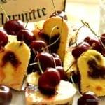 Cheesecake mit Kirschen und Brownieboden