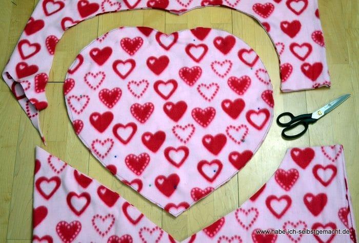 Stoff in Herzform ausschneiden