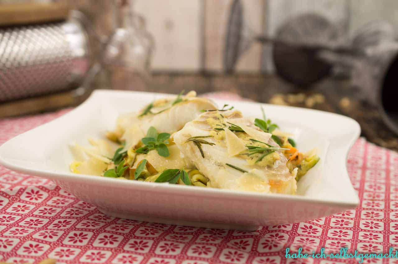 Zucchini Möhren Nudeln mit Kabeljeau und Senf-Dill-Sauce