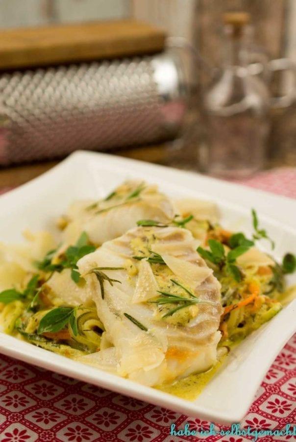 Zucchini Möhren Nudelnm it Senf-Dill-Rahm und Fisch