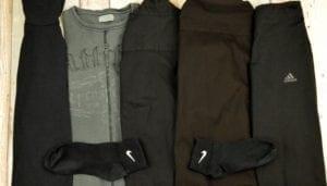 Schwaze Wäsche vor dem Waschen mit HEITMANN Wäsche-Schwarz Tüchern