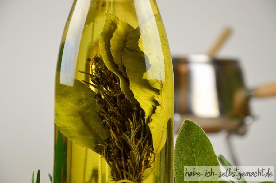 Getrocknete Kräuter im Öl