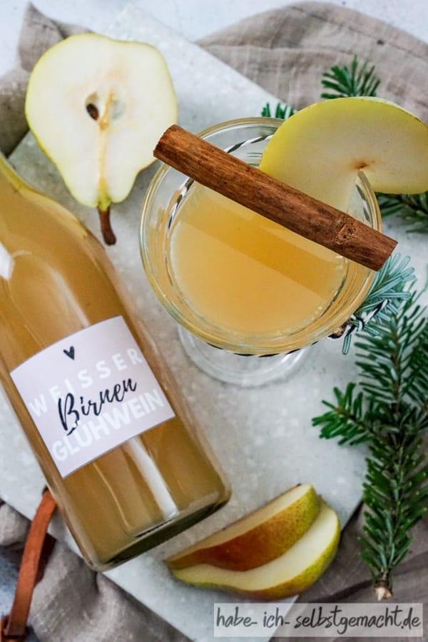 Weißer Glühwein mit Birne als Geschenk aus der Küche
