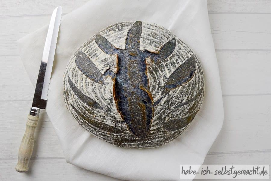 Blaues Brot mit Butterfly Pea Flower Tee