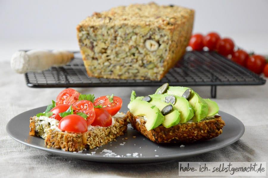 Low-Carb Brot mit frischer Tomate und Avocado