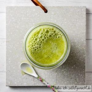 Frisch gepresster Saft mit Honigmelone, Sellerie, Apfel und Limette