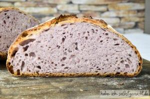 Sauerteig Brot mit lila Kartoffeln und Bier