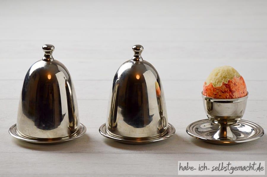 Kuchen-Ei im stilvollen Eierbecher