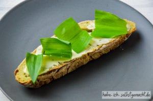 Frisches Bärlauch Brot mit gesalzener Butter und frischem Bärlauch