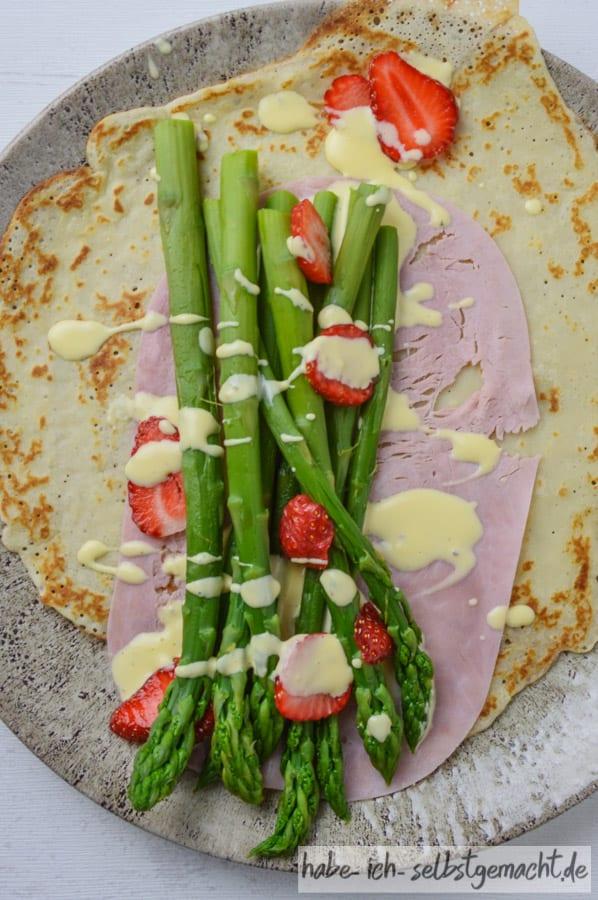 Crêpes mit Spargel und Erdbeeren