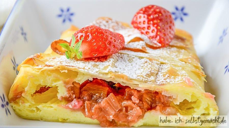 Erdbeer Rhabarber Strudel