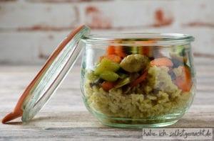 Reis mit Gemüse und Lachs als Meal prep