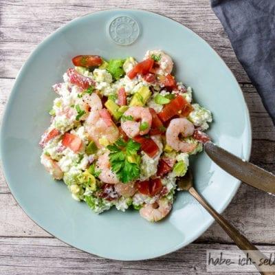 Gesunde Power Bowl mit Hüttenkäse, Avocado und Garnelen (Meal Prep)