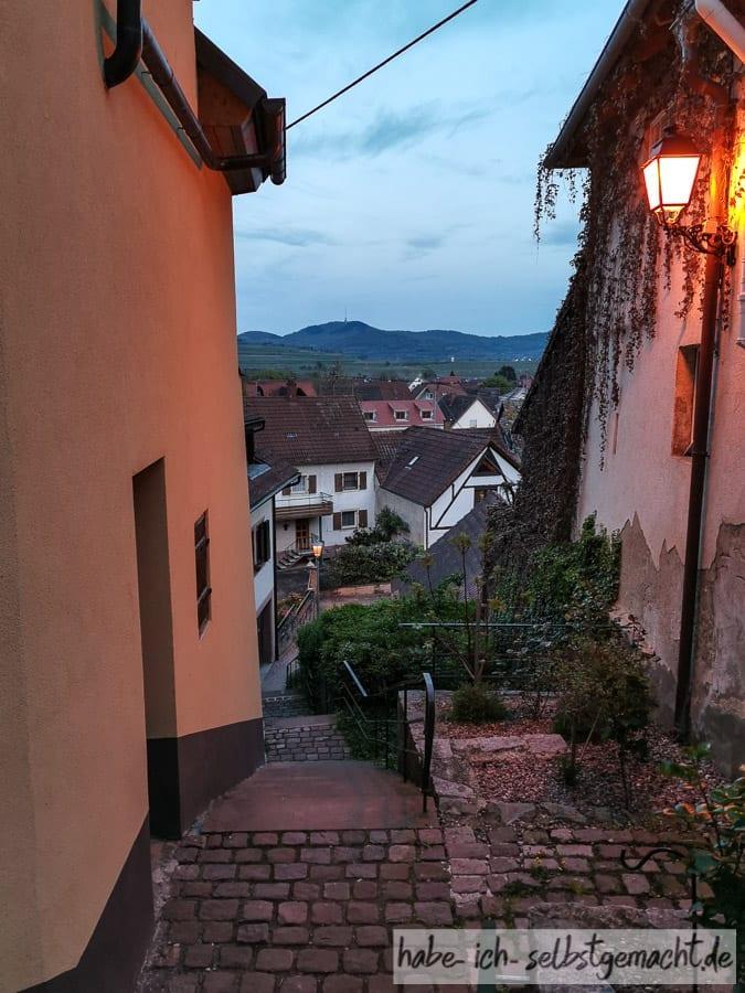 Abendstimmung in der Altstadt von Burkheim