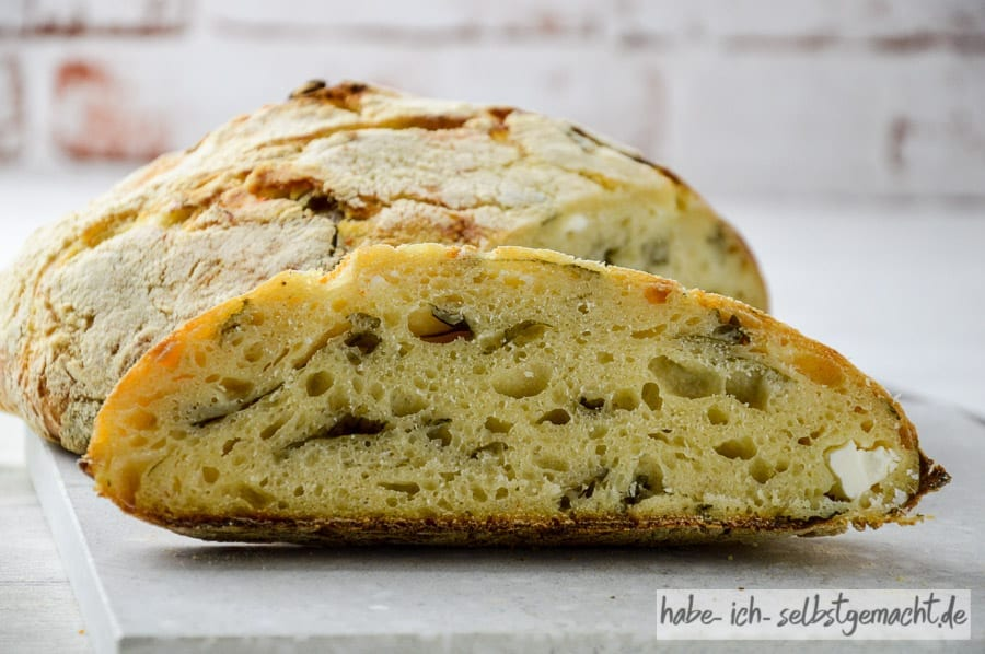 Klassisches italienisches Brot mit Rucola und Feta