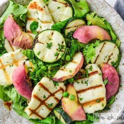 Bunter Salat mit Halloumi und Pfirsich vom Grill