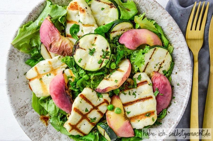 Grill Salat mit Halloumi und Pfirsich