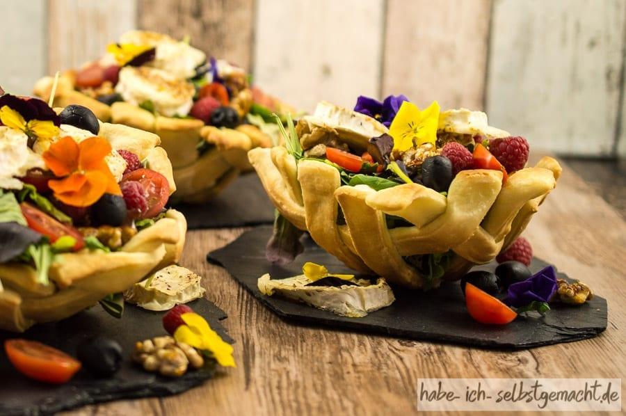 Salat mit karamellisierten Walnuessen und Ziegenkaese