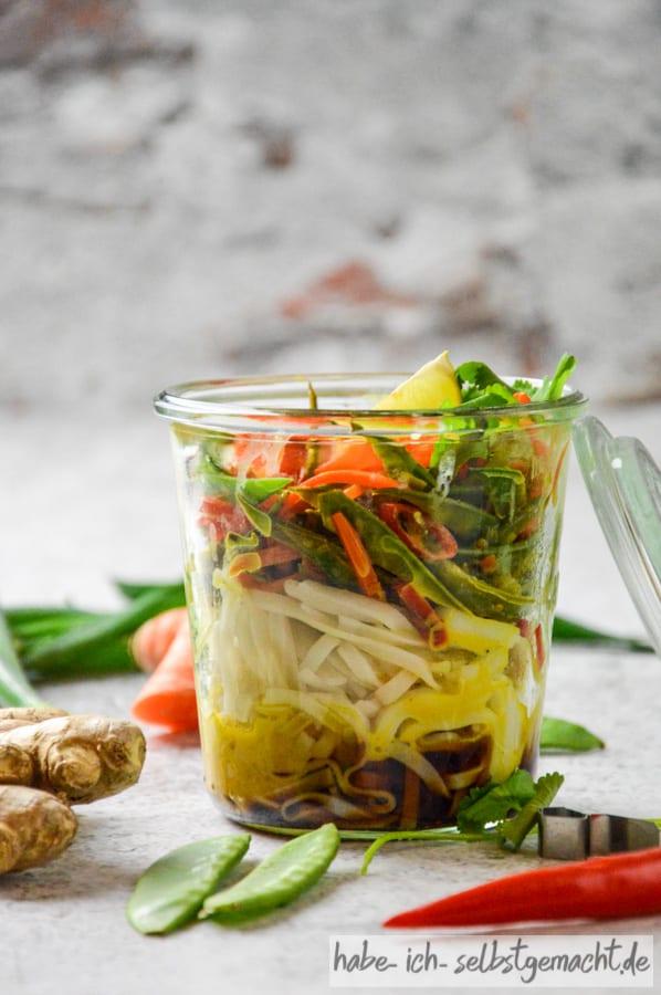 Asiatische Reisnudeln mit Koriander und Zitrone