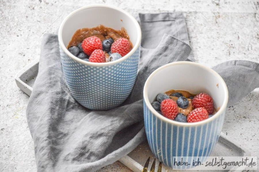Schoko Tassenkuchen mit Früchten (Mug Cake)