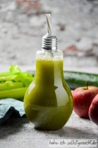 Frisch gepresster Fitness Saft mit Gurke Sellerie Fenchel Apfel