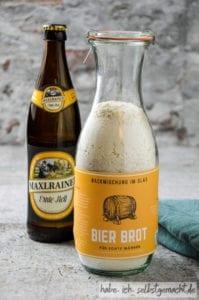 Backmischung im Glas für Bierbrot