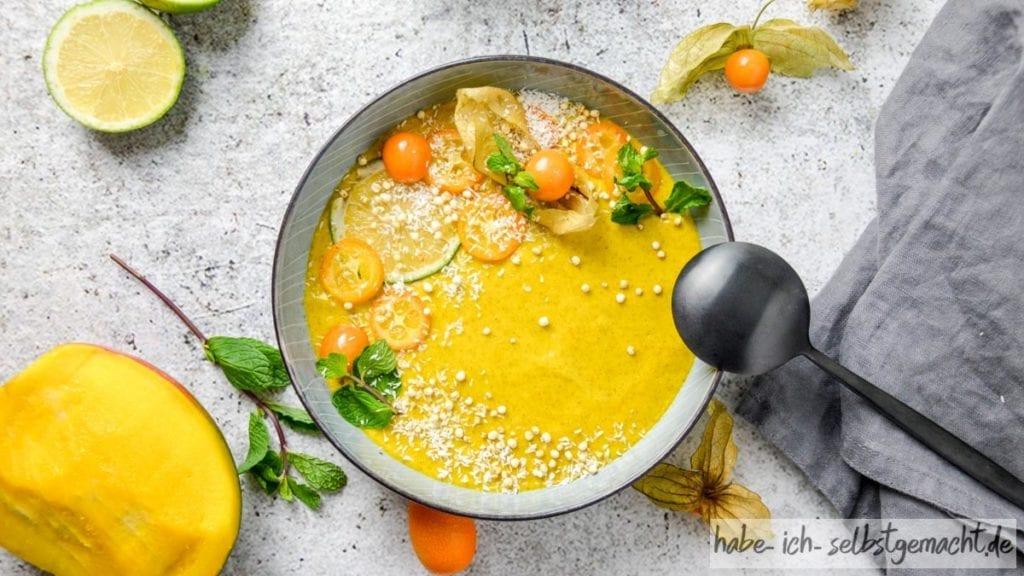 Vegane Mango Smoothie Bowl zum Frühstück