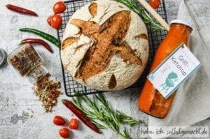 DIY Grillpaket mit Brot, Ketchup und Grillgewürz