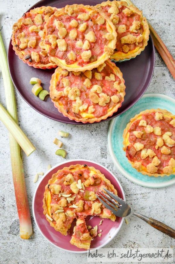 Rabarberkuchen mit Pudding und Streuseln