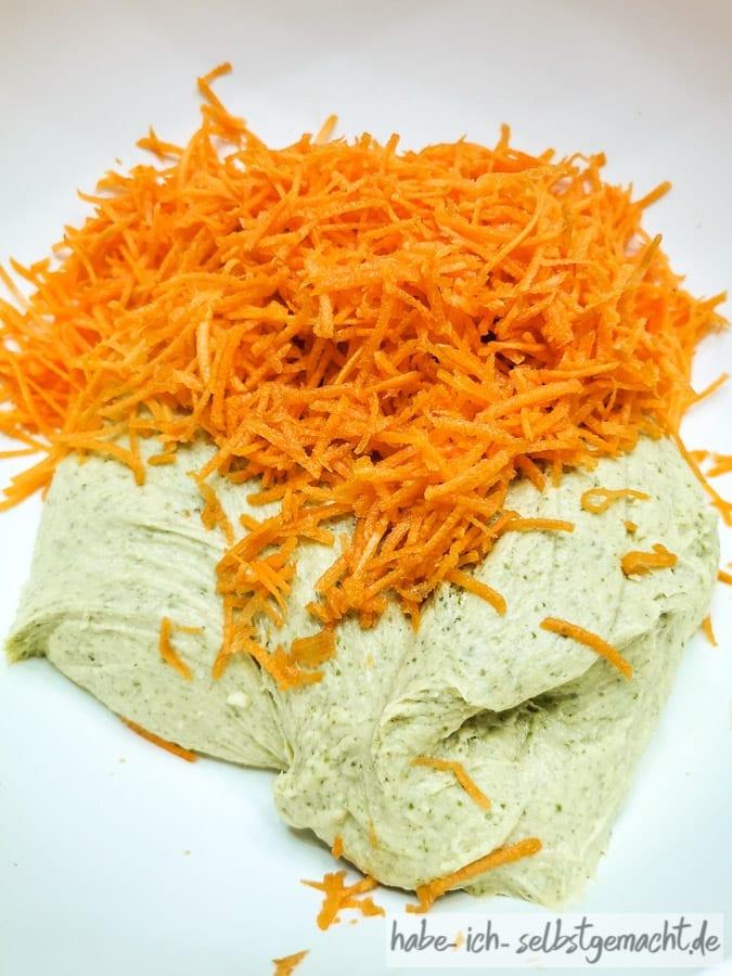 Ayurvedisches Frühstücksbrot - Teig mit Karottenstiften