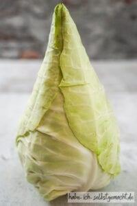 Frischer Kohlkopf für das Sauerkraut