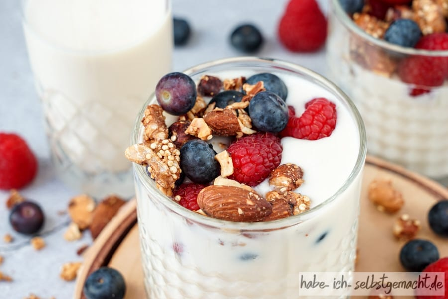 Joghurt mit Beeren und Granola Topping
