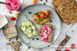 Low Carb Brot mit vielen frischen Zutaten