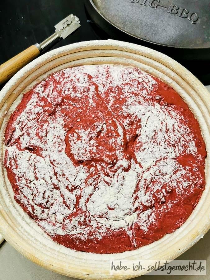 Rote Beete Dinkelbrot Stückgare im Gärkorb