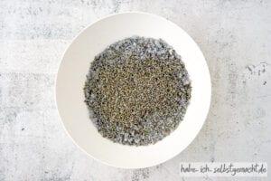 Lavendel Badesalz - getrockneten Lavendel hinzugeben