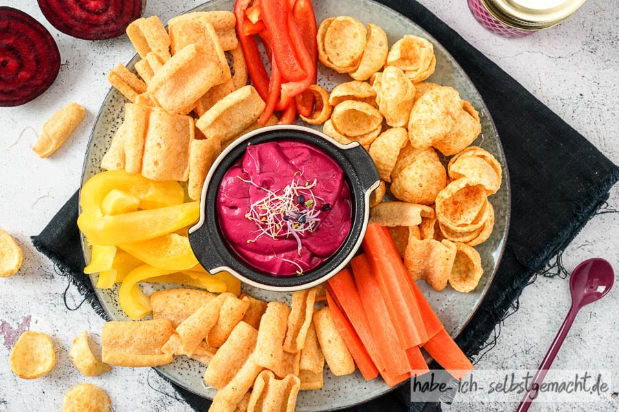 Rote Bete Aufstrich mit Chips und Gemüsesticks