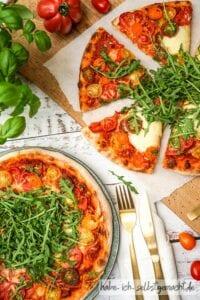 Sauerteig Pizza mit Tomaten, Mozzarella und Rucola