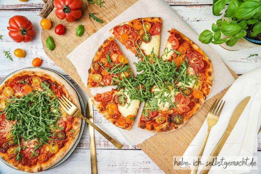 Sauerteig Pizza mit Tomate, Mozzarella und Rucola