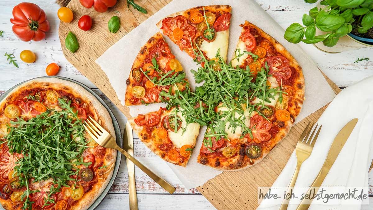 Selbstgemachte Sauerteig Pizza mit Tomate, Mozzarella und Rucola