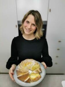 Tina mit Zitronenkuchen