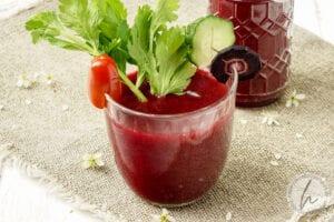 Frisch gepresster Saft mit Tomate, Karotte, Sellerie, Zitrone und Gurke