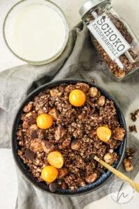 Schoko Granola mit frischen Früchten