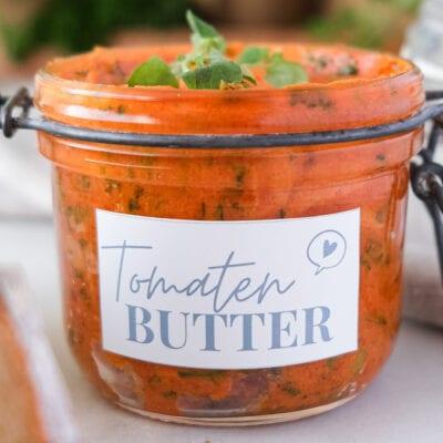 Selbstgemachte Tomatenbutter mit frischen Kräutern