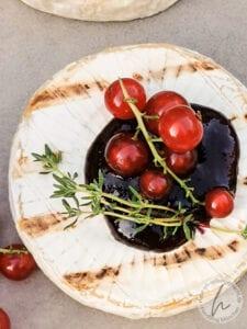 Grillcamembert mit schwarzem Johannisbeergelee