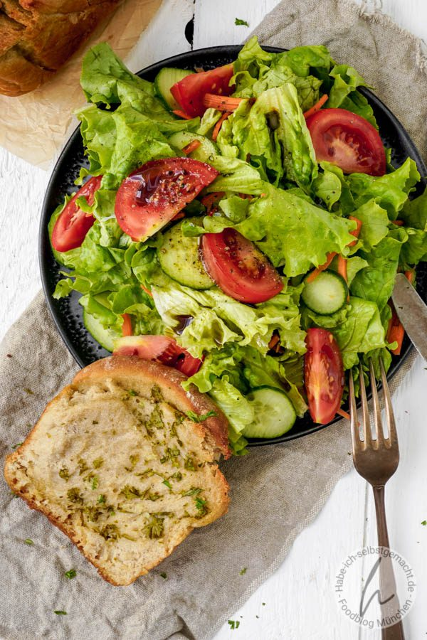 Bunter Salat mit Faltenbrot (Zupfbrot)