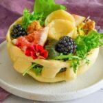Salat im Brotnest mit Ziegenkäse