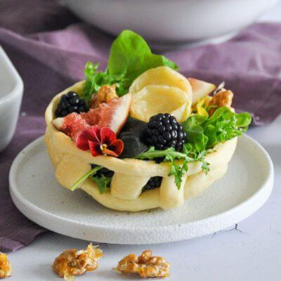 Salat mit Ziegenkäse und karamellisierten Walnüssen im Brotnest